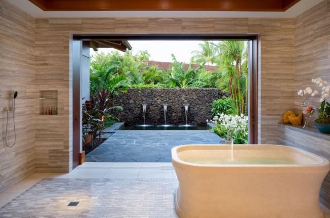 Ванная комната в пляжном стиле с выходом в тропический внутренний дворик.