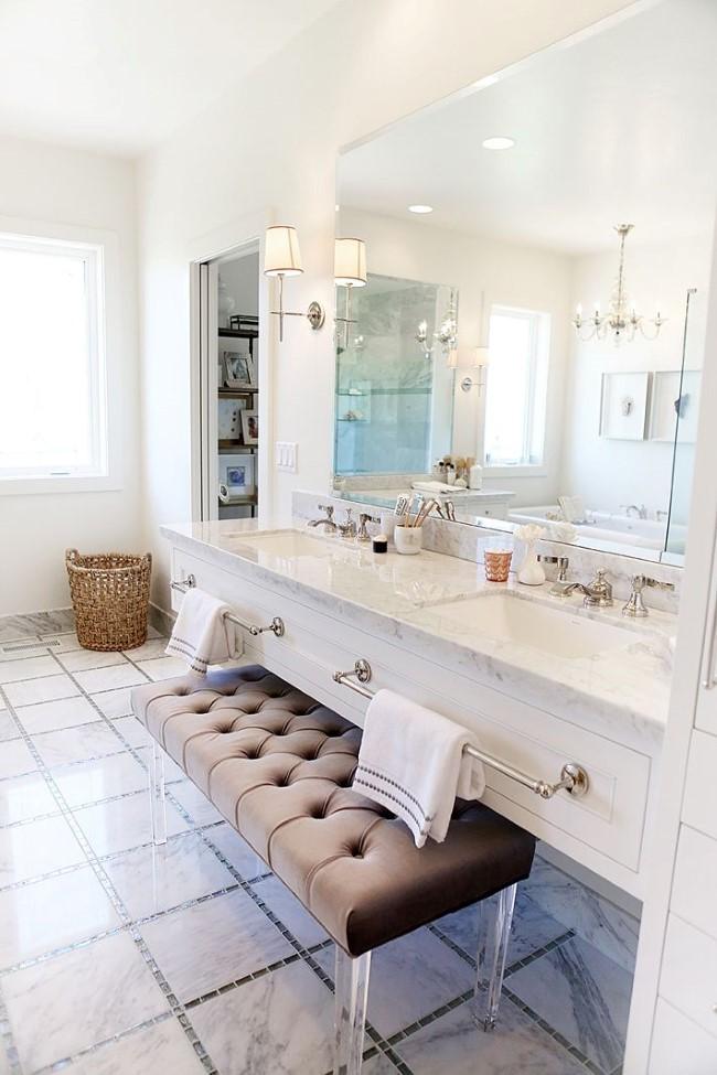 Коричневая мягкая скамейка в интерьере современной ванной.