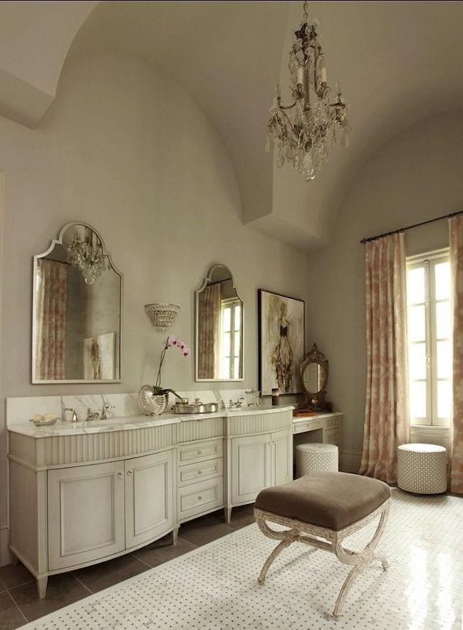 Роскошная женская ванная комната с удобным мягким пуфиком.