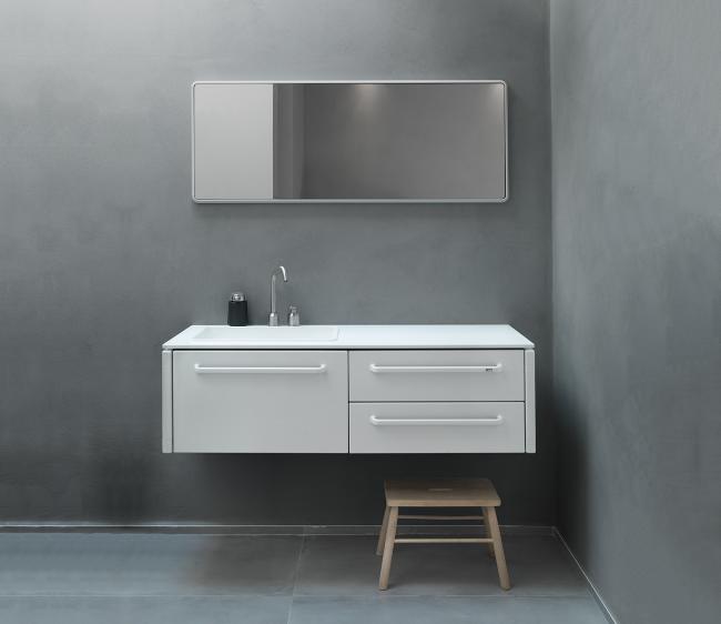 Белый подвесной шкаф в скандинавском стилевом направлении.
