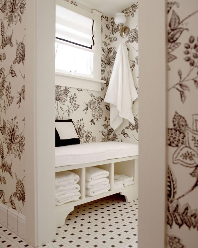 Комфортная зона отдыха в небольшой современной ванной.
