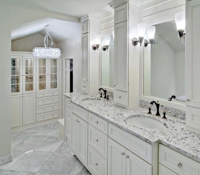 Раковина в современной ванной комнате со столешницей из гранита.