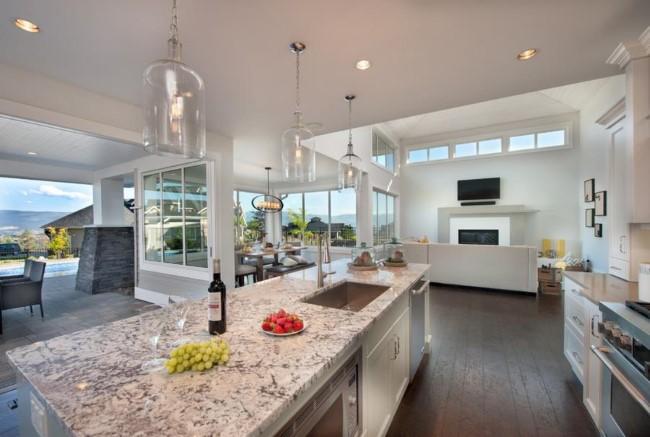 Белый гранит в сочетании с натуральным деревом в интерьере кухни.