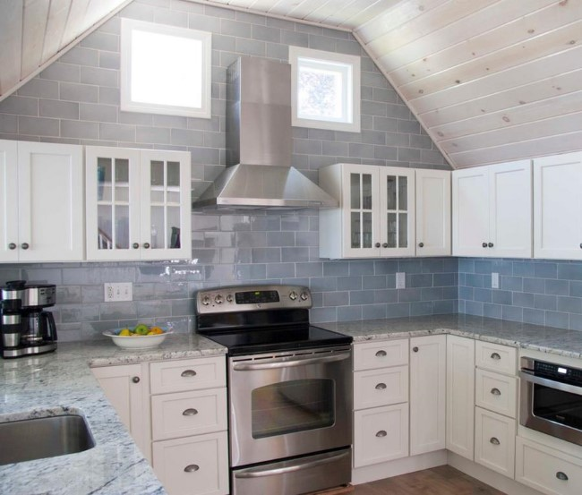 Белый гранит в интерьере современной кухонной зоны.