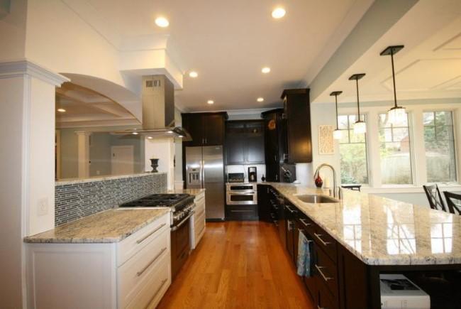 Стильная кухонная зона в теплых и холодных тонах.