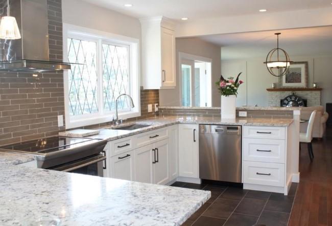 Кухонный стол с каменной столешницей из белого гранита.