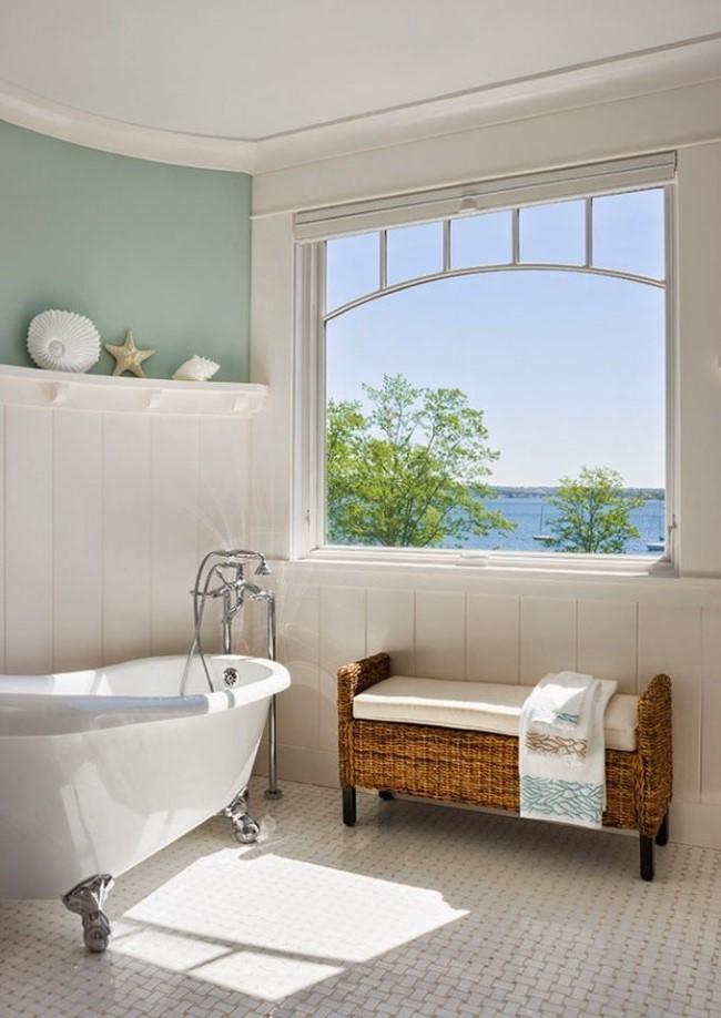 Стильная ванная комната с красивым видом из окна.