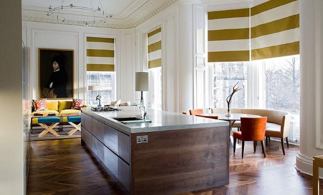 Шторы с горизонтальными полосами в кухне с открытой планировкой.