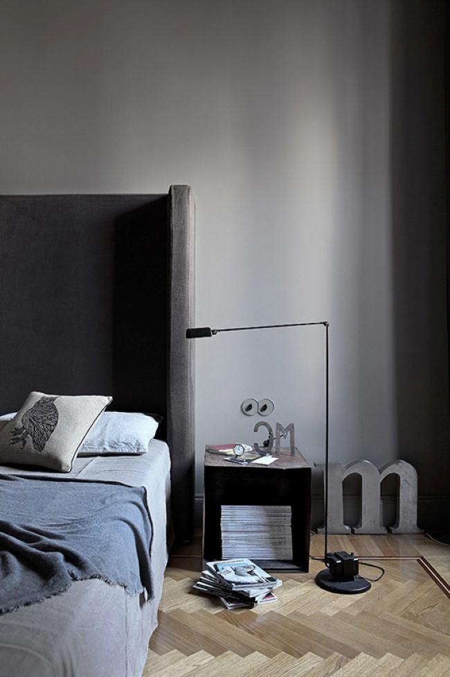 Стильная просторная спальня в серых тонах.
