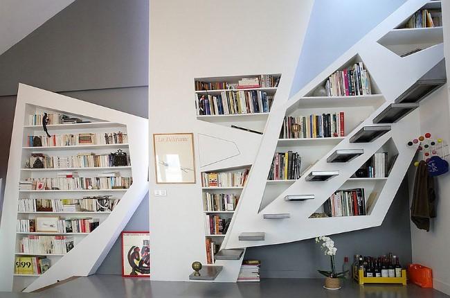 Минималистичная лестница с удобными нишами для книг.
