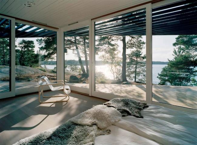 Уютный шведский дом с видом на озеро и горы.