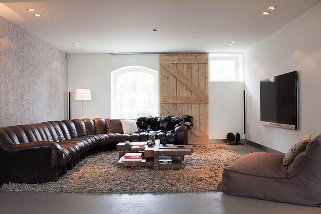 Деревянные раздвижные двери в роскошной современной гостиной.