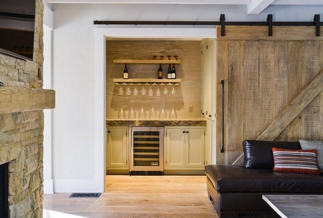 Раздвижные деревянные двери между залом и кухней.