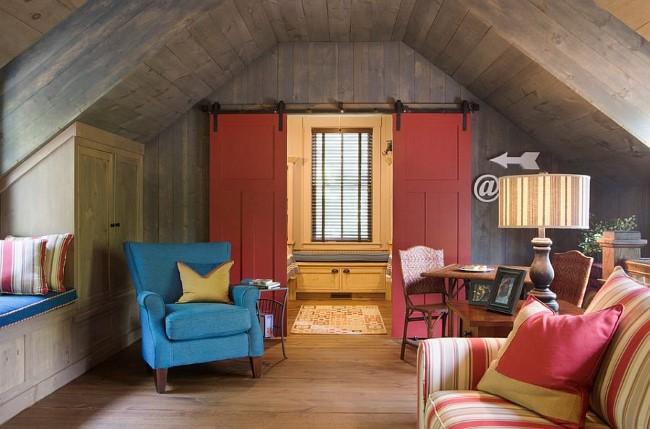 Эклектическая гостиная с яркими красными раздвижными дверями.