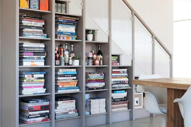 Лестница-книжный шкаф в интерьере современной гостиной.