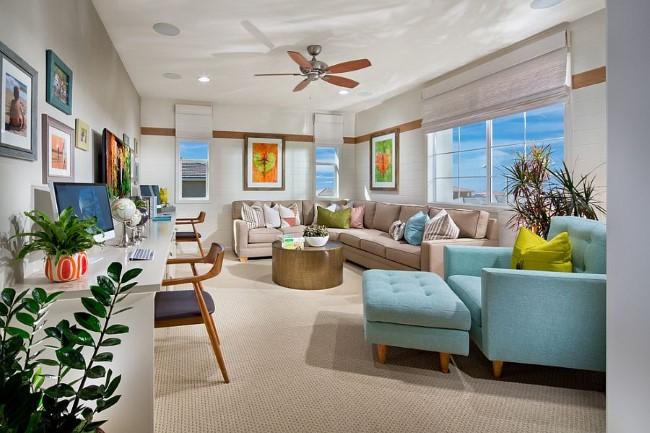 Домашний кабинет-гостиная в светло-серых и голубых тонах.