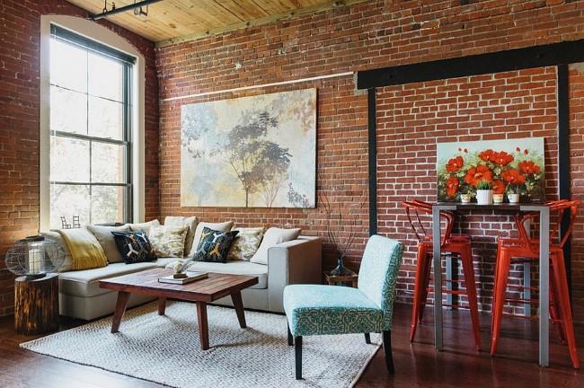 Маленькая индустриальная гостиная с кирпичными стенами.