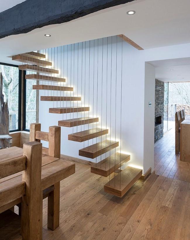 Стильная деревянная лестница со светодиодной подсветкой.