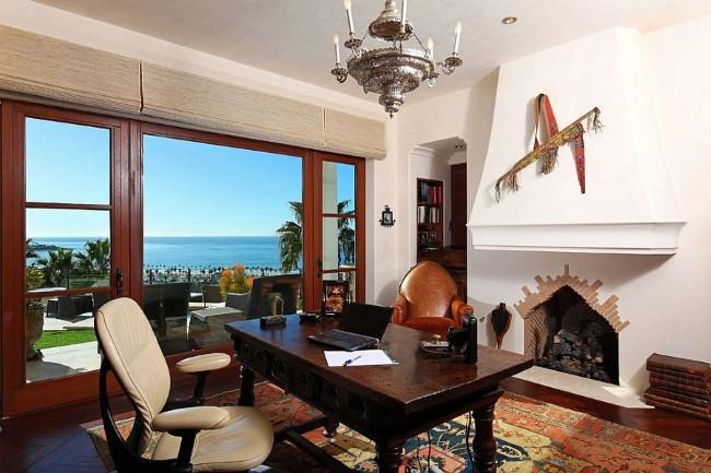 Средиземноморский домашний кабинет с потрясающим видом на океан.
