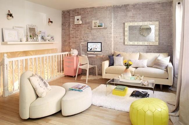 Гостиная в скандинавском стиле со светло-серой кирпичной стеной.