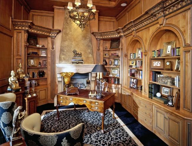 Небольшой классический офис со средиземноморской мебелью и люстрой.