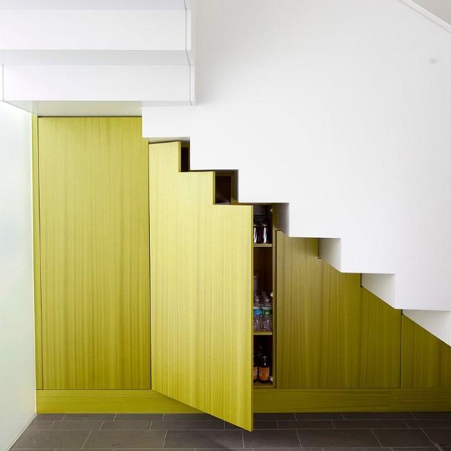 Бело-зеленая лестница со вместительным шкафом в основании.