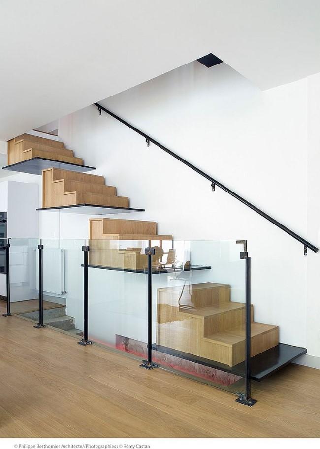 Оригинальная деревянная лестница со стеклянными изолирующими панелями.
