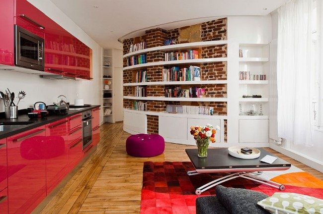 Кирпичная стена на кухне в качестве основы для книжного шкафа.