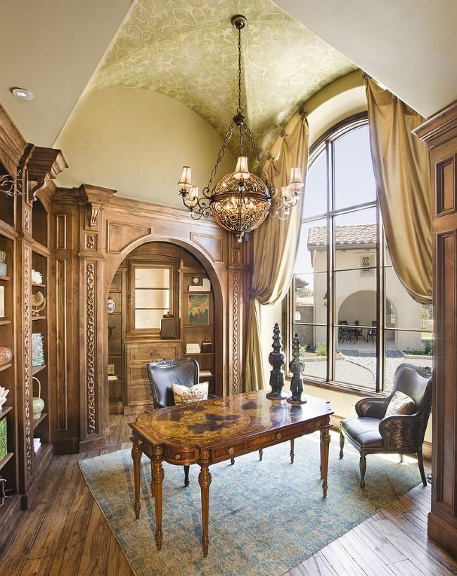 Роскошный средиземноморский кабинет со стильной раритетной мебелью.