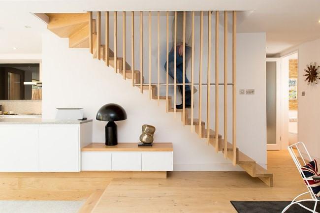 Деревянная лестница в скандинавском стиле из натуральной сосны.