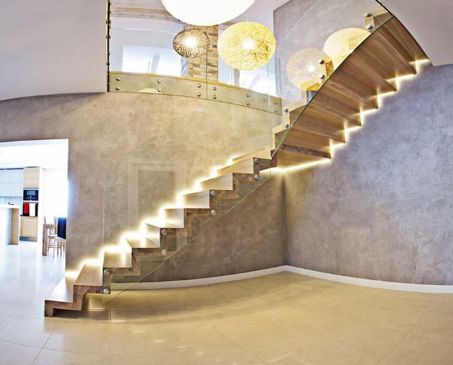 Сверкающая лестница в минималистическом стиле со светодиодной подсветкой.
