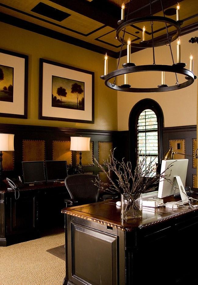 Домашний кабинет в классическом стиле со средиземноморской люстрой.