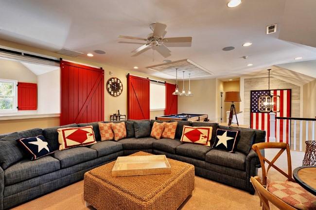 Яркие красные двери в интерьере современной просторной гостиной.