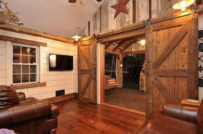 Входные деревянные двери в деревенском стилевом направлении.
