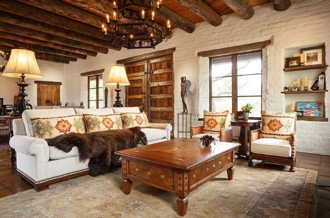 Индустриальная кирпичная кладка и деревянные панели в уютной гостиной.