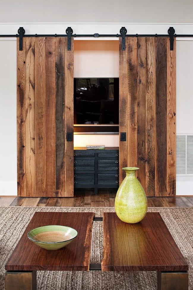 Раздвижные деревянные двери в интерьере небольшого зала.