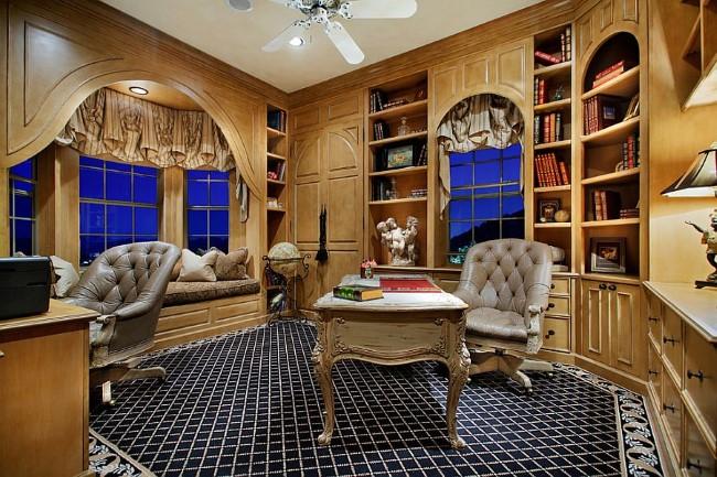 Домашний кабинет в классическом стиле с деревянными стенами.
