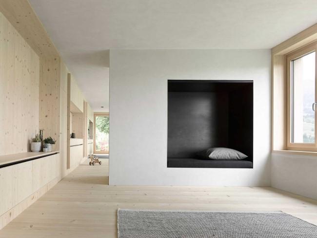 Стильная гостиная с комфортной нишей для сна.