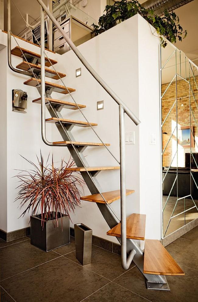 Лестница в индустриальном стиле, ведущая на второй этаж дома.