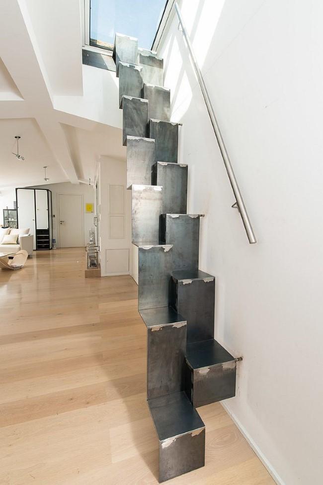 Индустриальная лестница из согнутых металлических панелей.
