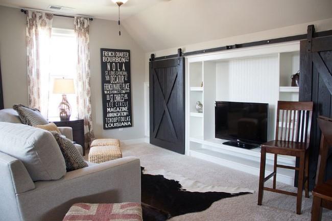 Стильные черные двери в белоснежной современной гостиной.