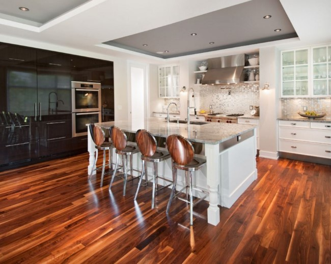 Контрастный серо-белый потолок с интерьере кухни городской квартиры.