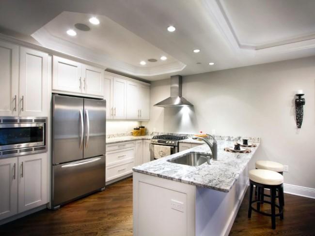 Белые подвесные потолки с восьмиугольными углублениями на кухне.