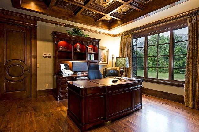 Современный средиземноморский домашний офис с элементами натурального дерева.
