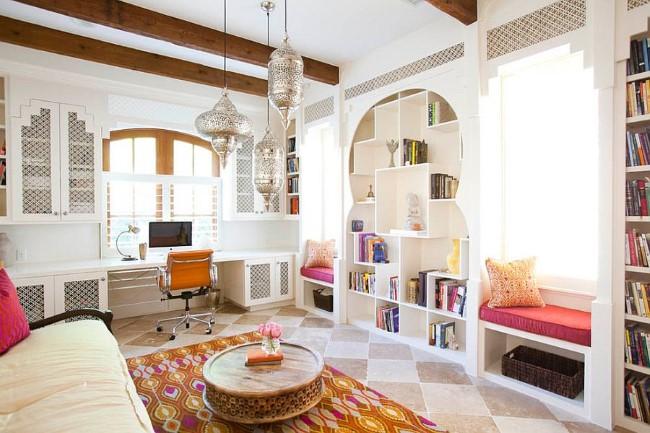 Стильный домашний офис с открытой планировкой в средиземноморском стиле.