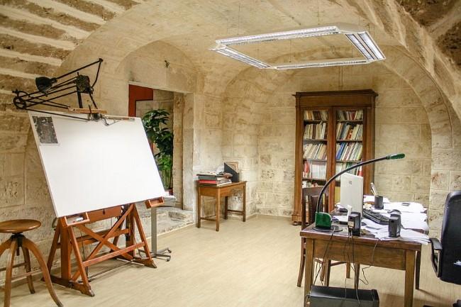 Каменная кладка в интерьере стильного офиса-студии.