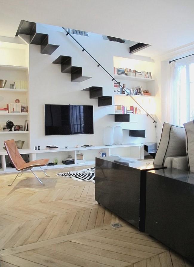 Хромированная лестница в минималистическом стиле.