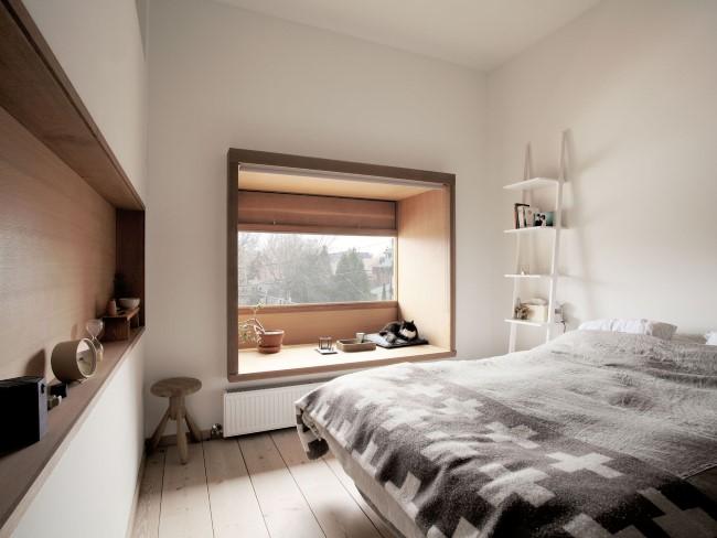 Уютный интерьер небольшой по площади спальни, выполненной в светлых тонах.