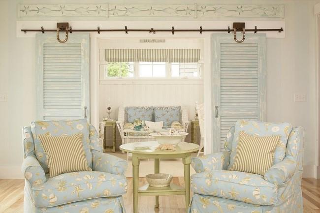 Раздвижные двери светлого голубого цвета в интерьере гостиной.