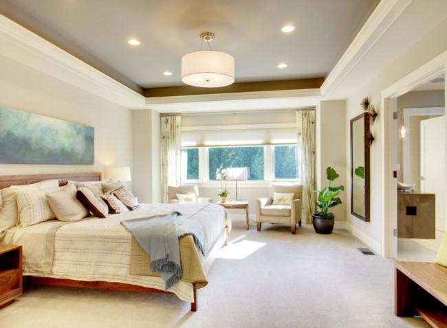 Бело-серый потолок с углублением в интерьере стильной спальни.
